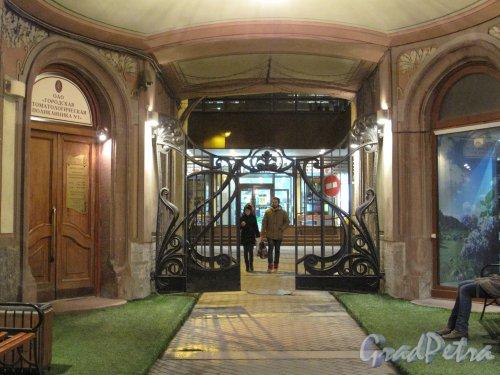 Невский пр., д. 46. Декоративная решетка перед входом во двор (магазин «Буквоед»). Фото 2013 г.