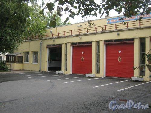 Загородный пр., дом 56. Здание пожарной части. Вид с Загородного пр. Фото 9 сентября 2013 г.