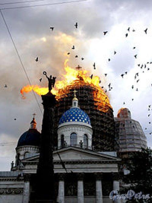 Измайловский пр., д. 7а Свято-Троицкий Измайловский собор. Вид на собор во время пожара. Фото ноябрь 2012 г.