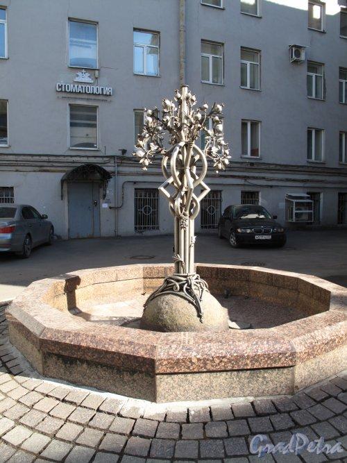 Двор у Армянской церкви Святой Екатерины. Фонтан «Гранатовое дерево»