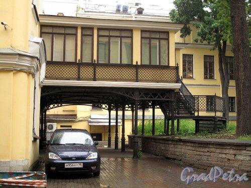 Невский пр., д. 84-86. Дом актера. Дворовая пристройка с чугунной лестницей. Фото июнь 2012 г.