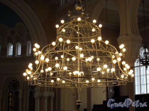 Лермонтовский пр., д. 2. Большая хоральная синагога. Большой молельный зал. Люстра. Фото апрель 2013 г.