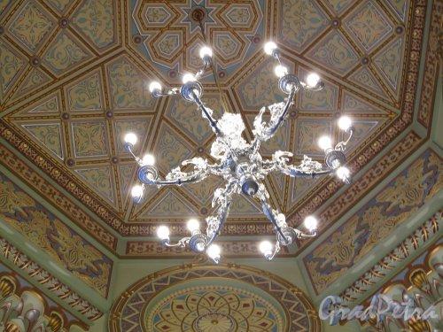 Лермонтовский пр., д. 2. Большая хоральная синагога. Большой молельный зал. Люстра галереи. Фото апрель 2013 г.