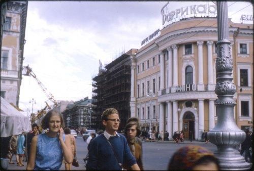 Невский проспект, дом 15. Угловая часть с Большой Морской улицей, здание кинотеатра «Баррикада». Фото 1967 г.