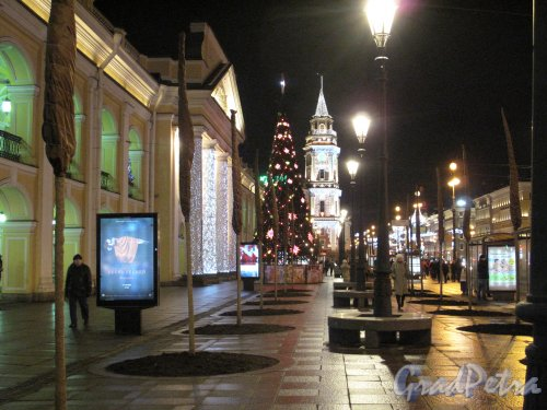 Невский пр. Бульвар вдоль Гостиного двора и Дума в новогоднем освещении. Фото кон. декабря 2013 г.