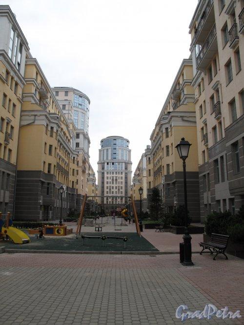 Средний пр., дом 83-85. Жилой комплекс «Новая история». Общий вид. фото август 2013 г.