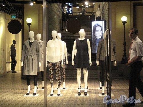 Невский пр., д. 80. Магазин «H&M». Оформление интерьера. Фото август 2013 г.