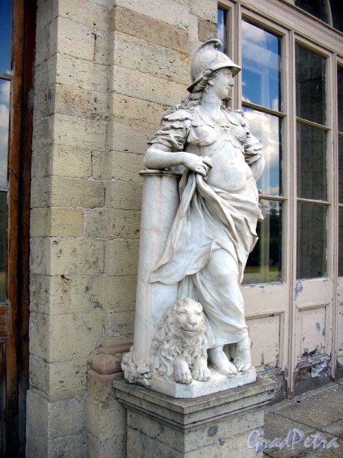Красноармейский пр. (Гатчина), д. 1. Статуя у входа со стороны парка. Фото июль 2006 г.