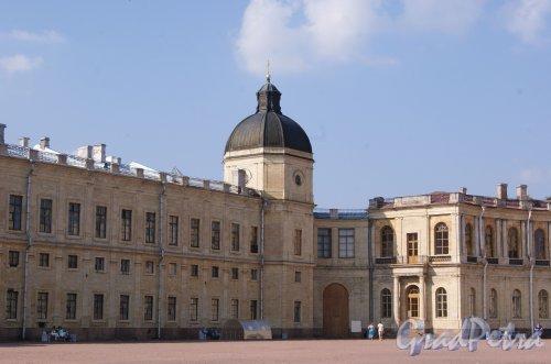 Красноармейский пр. (Гатчина), д. 1. Дворец. Фасад состороны площади. Левое крыло. Фото август 2013 г.