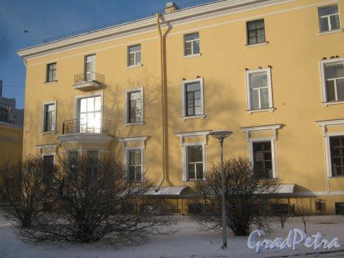 Микрорайон «Форели», пр. Стачек, дом 158. Вид со стороны пруда на фрагмент здания. Фото январь 2014 г.
