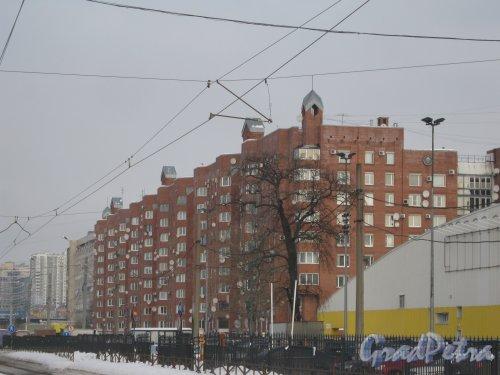 Выборгское шоссе, дом 5, корпус 1. Общий вид с трамвайной остановки «метро Озерки» со стороны Выборгского шоссе на малоэтажную часть здания. Фото 21 февраля 2013 г.