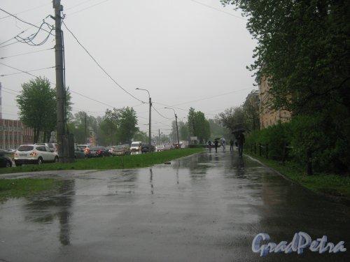 Шоссе Революции. Перспектива пешеходной части нечётной стороны шоссе от Бокситогорской ул. в сторону Индустриального пр. Фото 17 мая 2013 г.