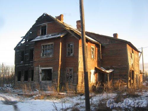 Лен. обл., Гатчинский р-н, Пушкинское шоссе, дом 21. Разрушенный расселённый дом. Общий вид. Фото 29 ноября 2013 г.