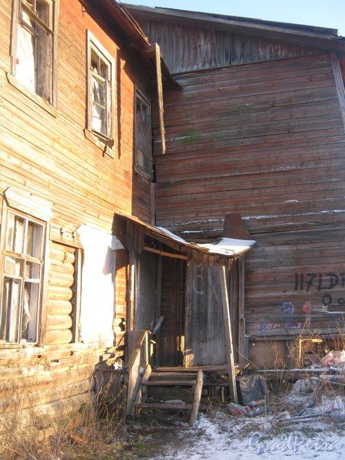Лен. обл., Гатчинский р-н, Пушкинское шоссе, дом 21. Разрушенный расселённый дом. Фрагмент. Фото 29 ноября 2013 г.