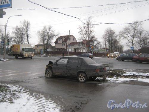Красное Село (Горелово), Красносельское шоссе на пересечении с Аннинским шоссе. Разбитый автомобиль. Фото 4 января 2014 г.