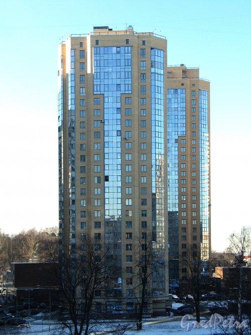 Выборгское шоссе, д. 17.жилой комплекс «Шуваловские Высоты». На переднем плане - корпус 2. Вид с улицы Композиторов. Фото январь 2014 г.